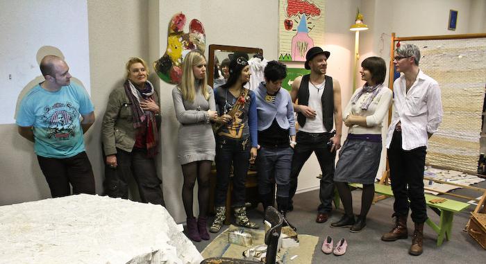 Семь художников разделили одну мастерскую на выставке в Минске