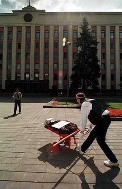Перформанс Алеся Пушкина «Подарок президенту»