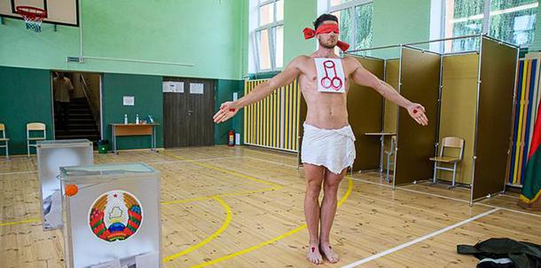 На бюллетене — фаллический символ. На избирательном участке в Минске прошла художественная акция